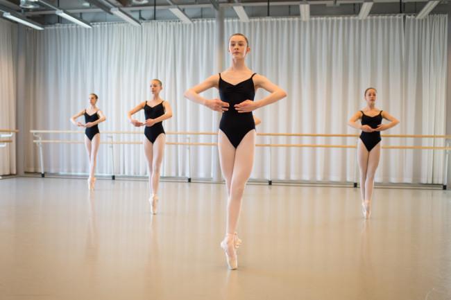 Schüler der Tanzakademie Zürich beim Training mit Steffi Scherzer