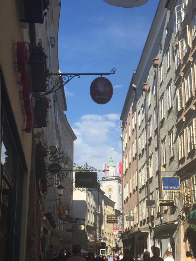 Die Getreidegasse in Salzburg - dort wo alle sind. Schön die vielen Zunftzeichen.