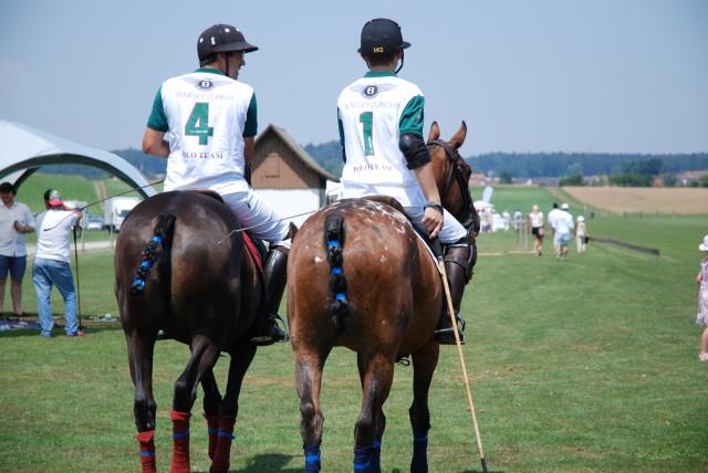 Kurz vor dem Spiel, noch wirken Spieler und Pony entspannt. Foto: Elisabeth Giovanoli
