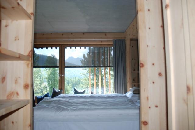 Die Möbel aus massivem Zirbelholz, vom Engandiner Schreiner Ramon Zangger gestaltet, verbreiten einen wunderbaren Duft.
