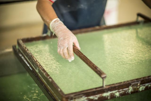 Papierschöpfen - ein altes Handwerk blüht wieder auf und schafft Arbeitsplätze. Foto: IKEA