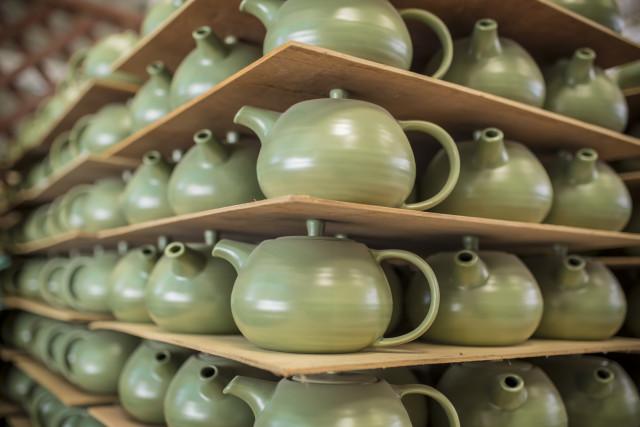 Handgefertigte Keramik - jedes Stück von Hand gefertigt - Doi Tung Development Project in Thailand - Kollektion VAELBALANS (PHOTOPRESS/Ikea)