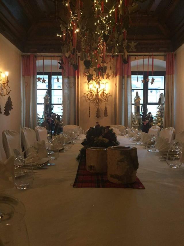 Weihnachtliche Tischdekoration im St. Peter Stiftskeller Salzburg