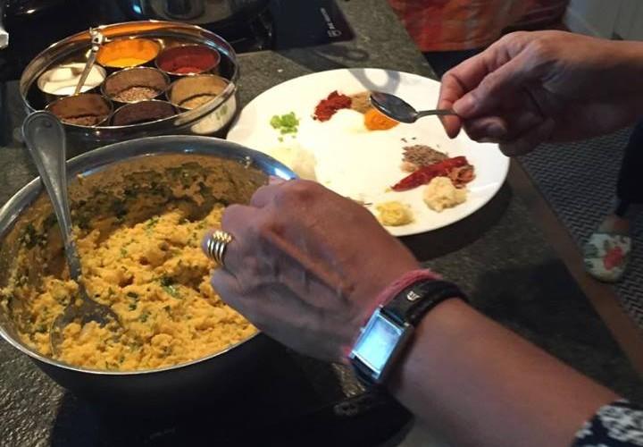 Mitten in der Zubereitung für Moongo Linsen Veda 7 Falafel