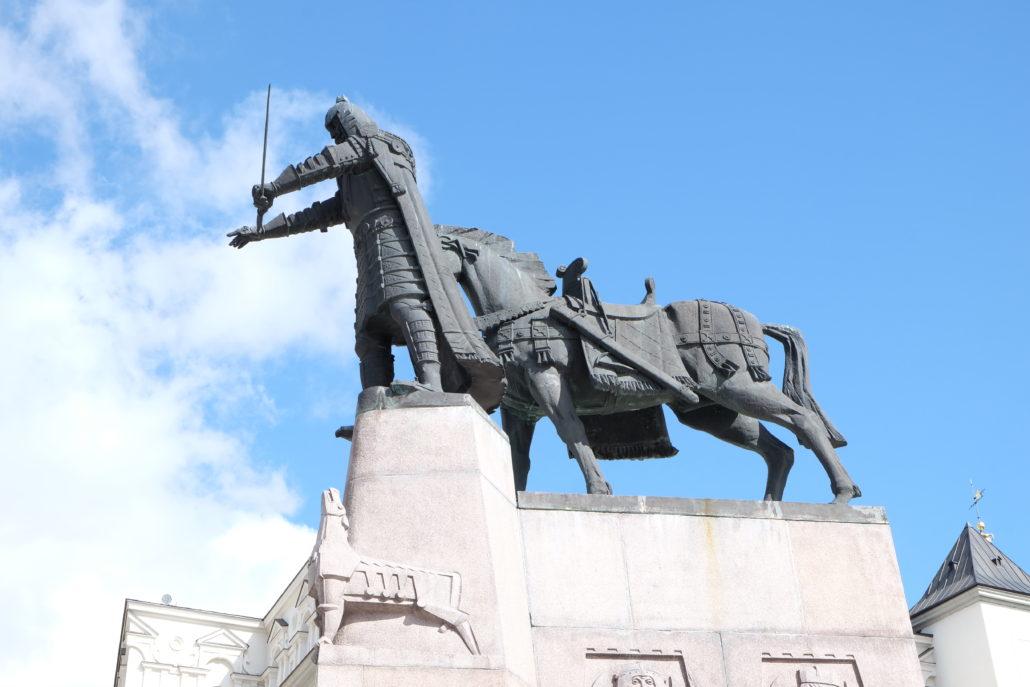 Die Statue des Großfürsten Gediminas von Litauen auf dem Platz vor der Kathedrale St. Stanislaus in Vilnius. Foto: Giovanoli