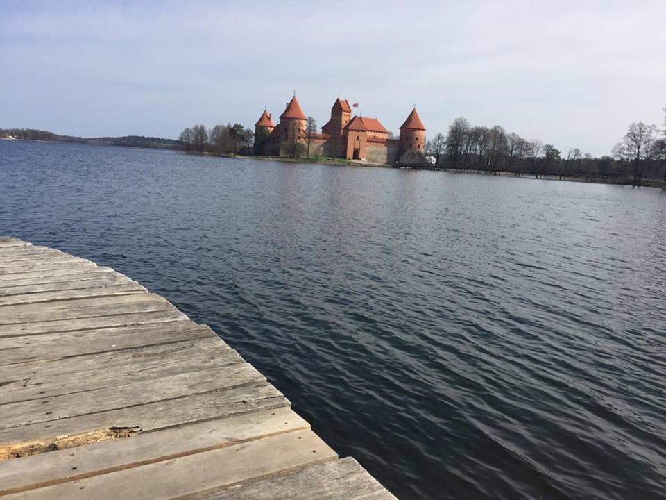 Einen Ausflug wert - die Burg Trakai, umgeben von Seen, Wäldern und weiter Landschaft. Vilnius.