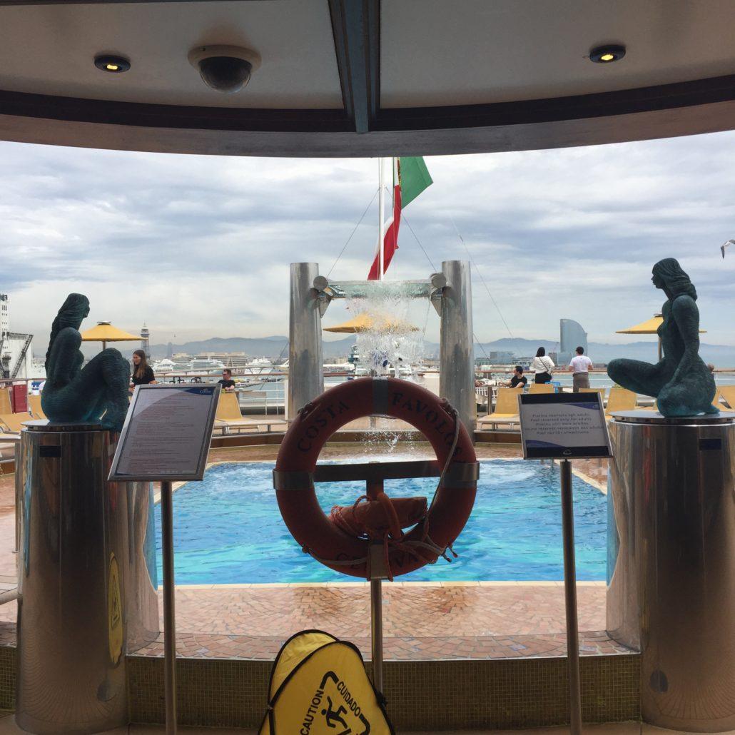 Wer will findet seine ruhigen Plätze, Liegestühle mit herrlicher Aussicht auf der Costa Favolosa.
