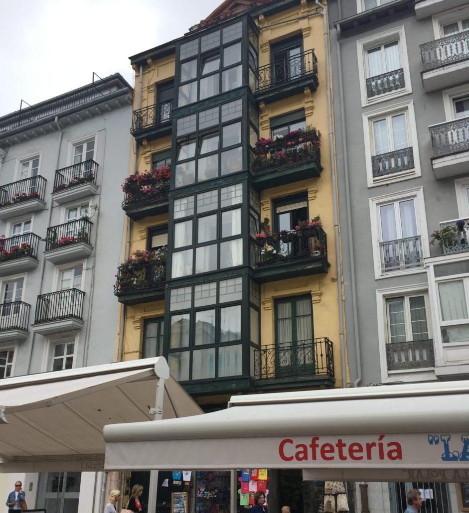 Hottelzimmerartiges airbnb Apartment, eher klein, leider kein Internet. Lage top.
