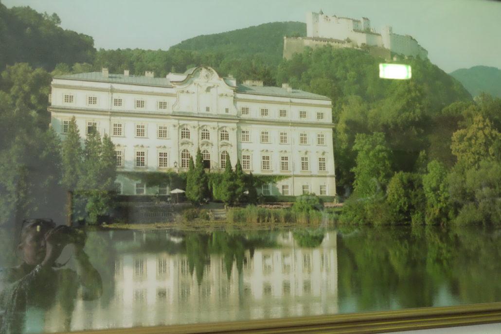 Foto vom Foto in der Halle - alte Aufnahme Schloss Leopoldskron