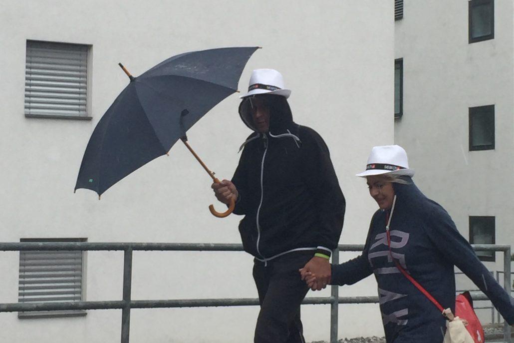 Die Wetterlage und die Lösung, Regenschirm und local.ch Sonnenhüte gegen den Regen. #TourDeSuisse
