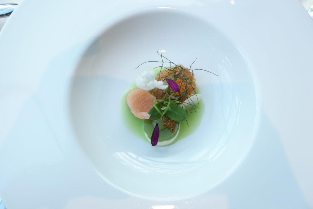 Organischer Lachs mit Gurke und Wasabi. Lenkerhof Simmental.