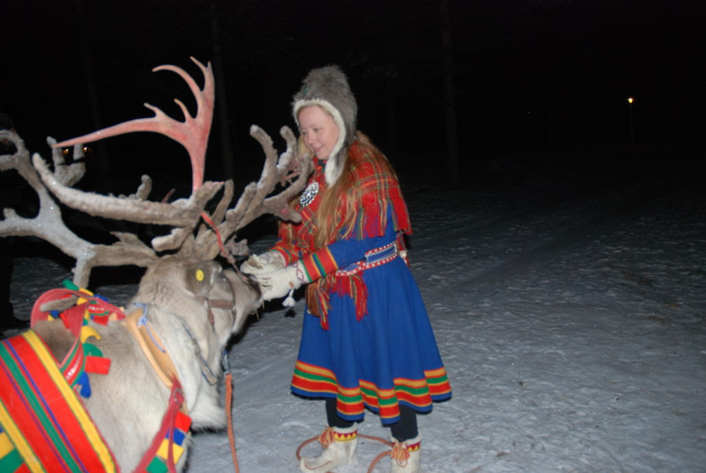 Die Finnen sind sehr traditionsbewusst. Eine junge Frau in er Tracht der Samen.