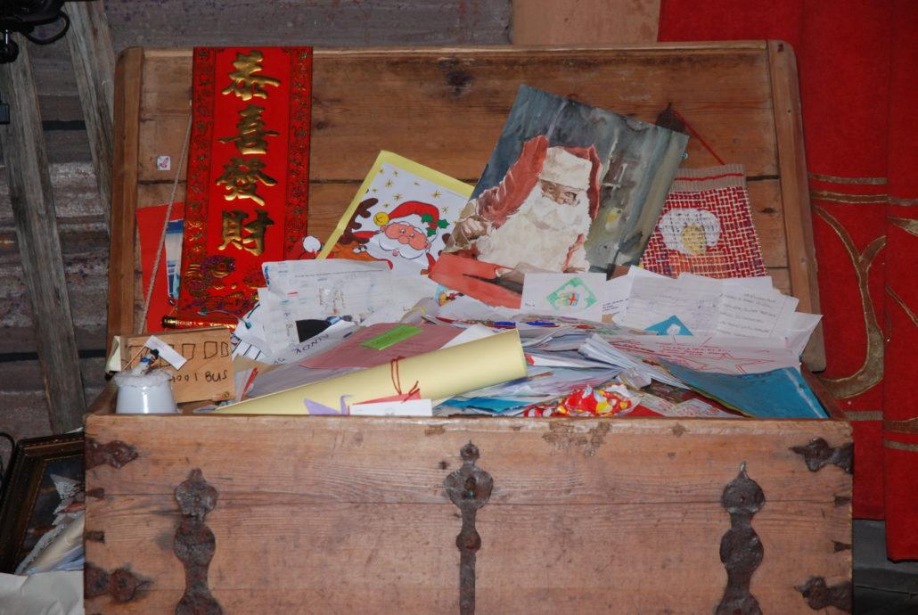Kisten und Truhen voller Wunschzettel warten auf den Weihnachtsmann im hohen Norden