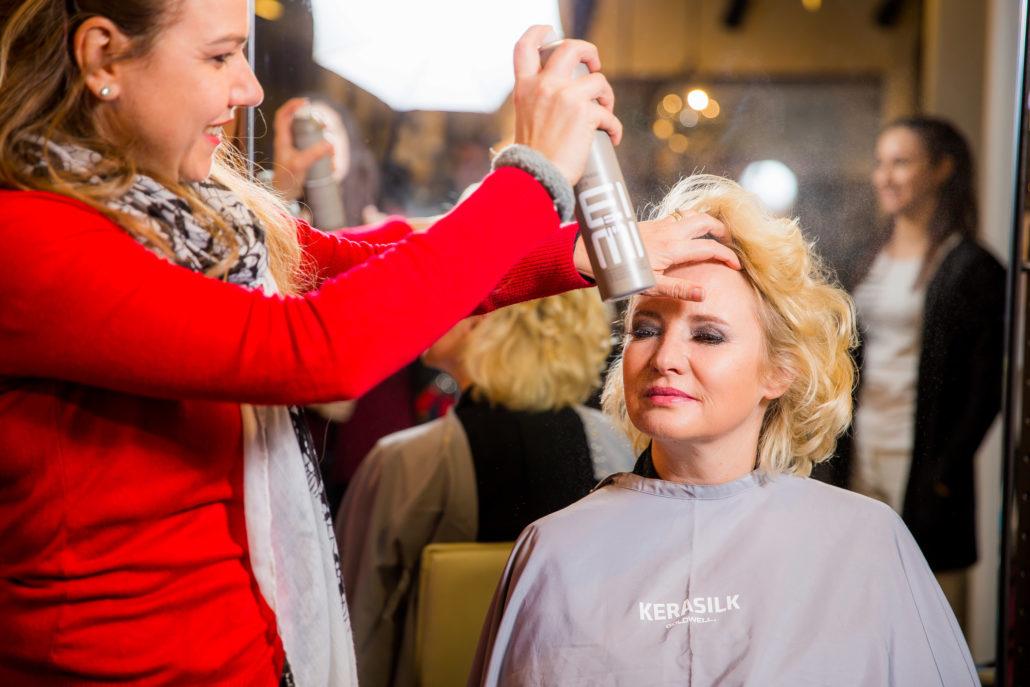Styling und ganz viel Haarspray, die Monica von Hair & Style Aarau hat sichtlich Spass.