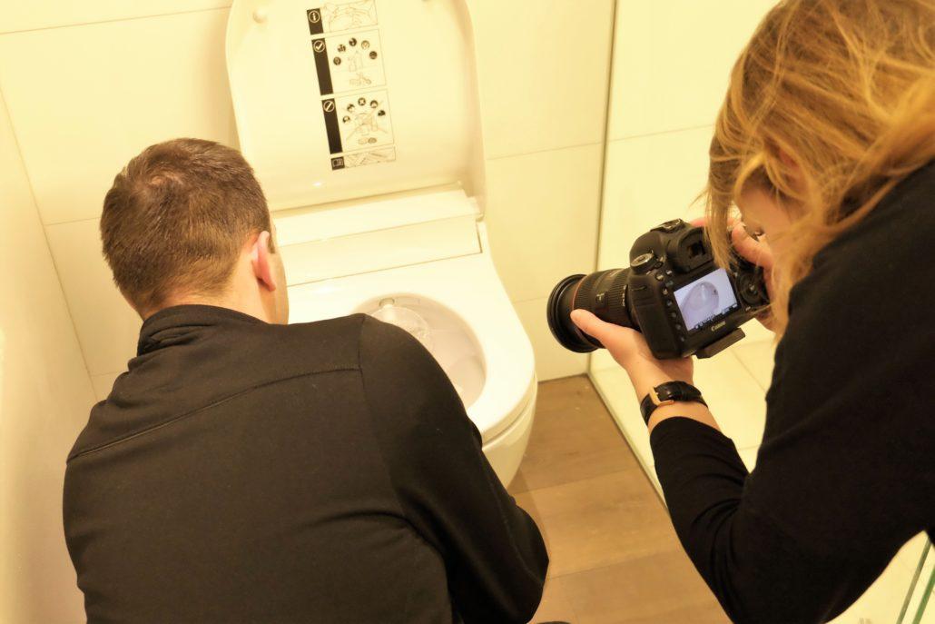 Profis am werk beim einbau des AquaClean Tuma Dusch WC Aufsatzes.
