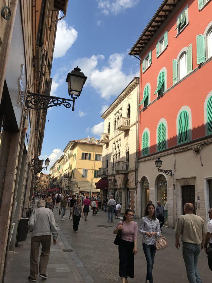 Die Fussgängerzone Via Coros Italia.